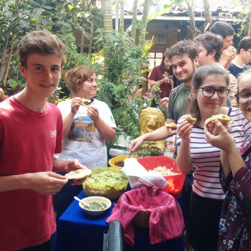 Geneviève au Guatemala avec un groupe d'élèves du Québec